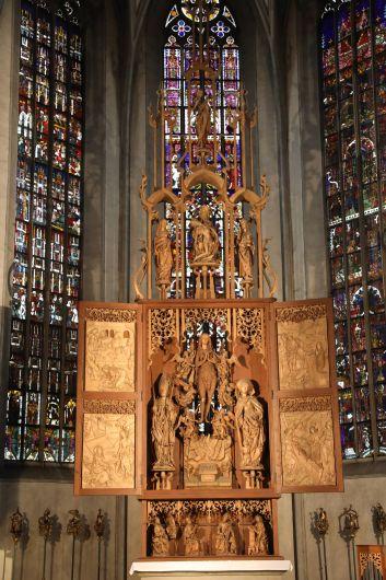 Der Riemenschneideraltar in der Pfarrkirche Maria Magdalena in Münnerstadt ist vielen bekannt. Kunsthistorisch mindestens so bedeutend sind aber die Glasfenster im Chorraum dahinter.