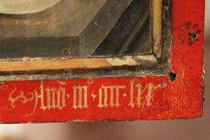 Der Kilians-Altar aus dem Historischen Museum Basel ist als Leihgabe im Museum für Franken in Würzburg zu sehen: Auf der Rückseite des Flügelaltars, unter der Darstellung des heiligen Kolonat, ist die nicht ganz vollständige Datierung zu finden.