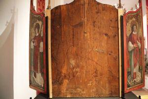 Der Kilians-Altar aus dem Historischen Museum Basel ist als Leihgabe im Museum für Franken in Würzburg zu sehen: Der Flügelaltar von hinten ist bis auf die Darstellungen von Kolonat (rechts) und Totnan schmucklos.