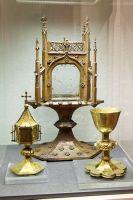 Der Kilians-Altar aus dem Historischen Museum Basel ist als Leihgabe im Museum für Franken in Würzburg zu sehen: Das Wissen über den liturgischen Ablauf eines Gottesdienstes nimmt ab. Deshalb werden rund um den Kilians-Altar auch liturgische Gegenstände wie Monstranz, Messkelch und Ziborium erklärt.