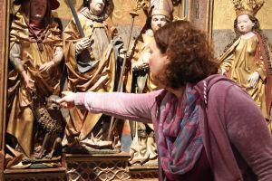 Der Kilians-Altar aus dem Historischen Museum Basel ist als Leihgabe im Museum für Franken in Würzburg zu sehen: Statt echtem Gold wurde an manchen nicht so gut sichtbaren Stellen sogenanntes Zwischgold, eine Mischung aus Gold und Silber, verwendet, wie Diplom-Restaurateurin Susanne Wortmann erklärt.