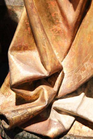 Der Kilians-Altar aus dem Historischen Museum Basel ist als Leihgabe im Museum für Franken in Würzburg zu sehen: In den Falten der Gewänder sind an manchen Stellen dunkle Flecken sichtbar. Das kann ein Hinweis sein, dass hier sogenanntes Zwischgold verwendet wurde, eine Mischung aus Gold und Silber. Das Silber läuft im Laufe der Zeit dunkel an.