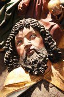Der Kilians-Altar aus dem Historischen Museum Basel ist als Leihgabe im Museum für Franken in Würzburg zu sehen: Dass der Flügelaltar aus der Zeit vor Tilmann Riemenschneider stammt, zeigt auch die Frisur des heiligen Christophorus. Solch üppige Locken waren später nicht mehr üblich.