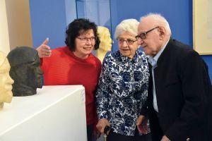 Evelin Böttcher, Kulturbegleiterin des Vereins Halma, führt Therese Eich und ihren an Demenz erkrankten Bruder Franz Eich durch den Kulturspeicher.