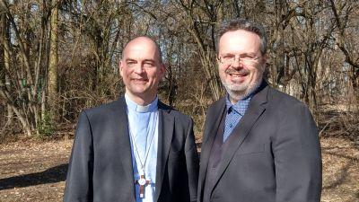 """Bischof Dr. Franz Jung (links) und Tom Viewegh, Moderator des """"Sonntagsgesprächs"""" des digitalen Radiosenders Bayern plus des Bayerischen Rundfunks."""