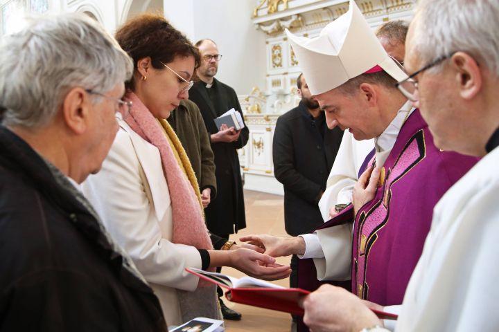 Bei einer Feier im Neumünster ließ Bischof Dr. Franz Jung neun Erwachsene zu Taufe, Firmung und Eucharistie zu.
