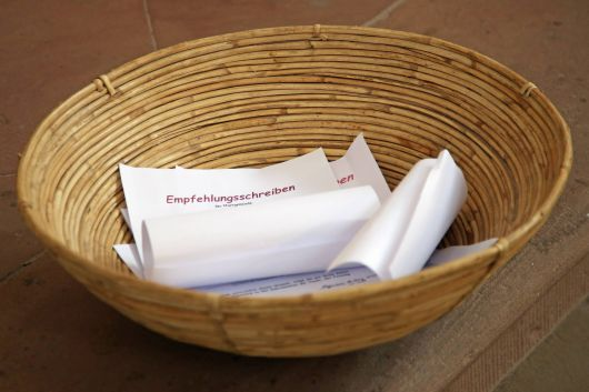 Feier der Zulassung zu Taufe, Firmung und Eucharistie im Neumünster: Vertreter der Heimatpfarreien überreichten die Sendschreiben für die Bewerber.