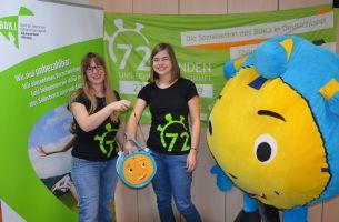 Sabrina Göpfert (links) von der Caritas und Miriam Großmann von der Katholischen jungen Gemeinde (KjG) beim Ziehen der Gewinner des Gewinnspiels zur 72-Stunden-Aktin im Bistum Würzburg.
