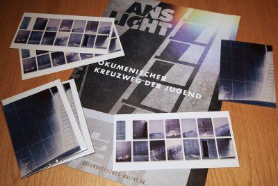 Die Postkarten zum Ökumenischen Kreuzweg der Jugend sind in der Dominfo erhältlich.