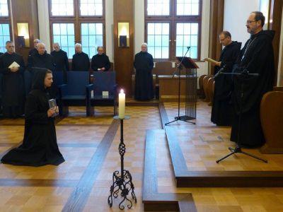 Leonard Bormann (links) wurde von Abt Michael Reepen (rechts) ins Noviziat aufgenommen.