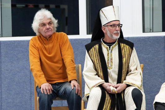 Alfred Krott (links) beobachtet aufmerksam die Probe. Er hat 1990 das Textbuch für die Passionsspiele geschrieben und bei den Aufführungen 2001 und 2004 selbst den Jesus gespielt.