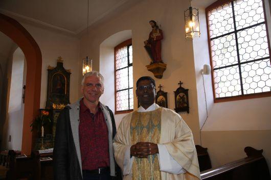 Johannes Weismantel, Geschäftsführer des Diözesanbüros Main-Spessart, und Kaplan Napoleon Savariraj betrachteten im Gottesdienst das Leben des heiligen Josefs.