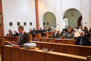 Martin Stapper (vorne), Geschäftsführer der Kongregation der Schwestern des Erlösers, gestaltete den Fastenimpuls und liest ihn in der Mutterhauskirche der Erlöserschwestern vor.