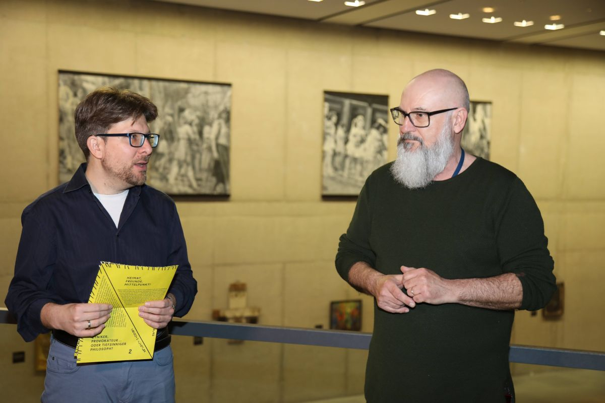 Haben die Würzburger Ausstellung kuratiert: Dr. Patrick Melber (links) und Michael Koller.
