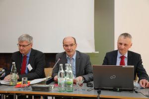 Welche Folgen der Haushaltsplan 2019 konkret haben wid, erläuterte Andreas Hammer (Mitte), kommissarischer Finanzdirektor, in Begleitung von Stefan Lanig (rechts), Leiter der Buchhaltung.