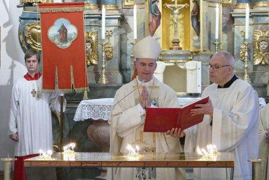 Bischof Franz Jung weihte den Altar in der Wallfahrtskirche Sankt Agatha in Schmerlenbach.