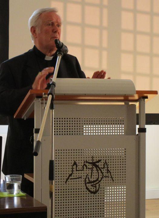 Bischof em. Dr. Friedhelm Hofmann referierte im Würzburger Ursulinenkloster bei der Mitgliederversammlung der Arbeitsgemeinschaft der Frauenorden (AGFO) im Bistum Würzburg über die Entwicklung der Kreuzesdarstellungen.