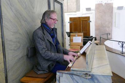Regionalkantor Peter Schäfer an der Orgel der Wallfahrtskirche in Schmerlenbach.