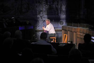 Wandlungsfähig und inspirierend, aber frei von billiger Effekthascherei zeigt sich Schauspieler Kai Christian Moritz bei seinem Monolog des Markusevangeliums im Würzburger Ratssaal.