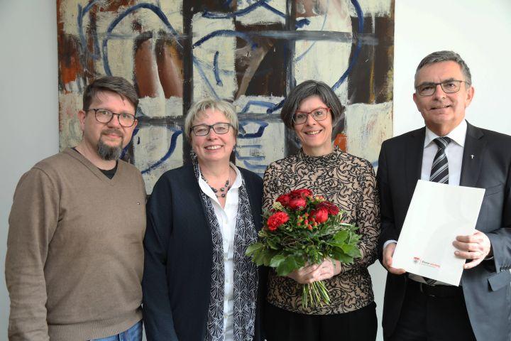 Für 25 Jahre im Dienst des Bistums Würzburg ist Maria Reuß (2. von rechts), Leiterin des Würzburger Burkardushauses, geehrt worden. Dazu gratulierten ihr (von links) Dieter Engelhardt und Dorothea Weitz von der Mitarbeitervertretung (MAV) sowie Domkapitular Dr. Helmut Gabel, Leiter der Hauptabteilung Außerschulische Bildung.