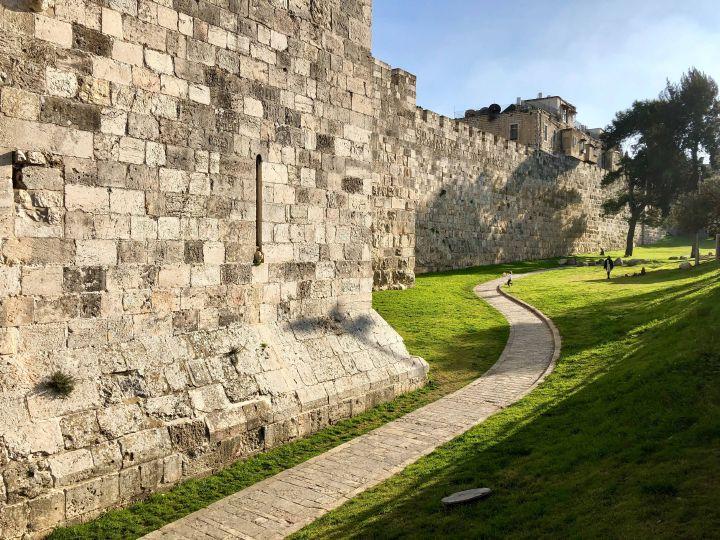 Ein Weg führt an einer Mauer in Jerusalem entlang.