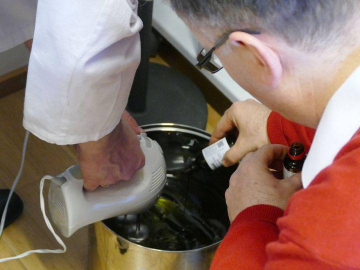 Das Balsamöl, verstärkt durch ein paar Tropfen Vanilleextrakt, wird zunächst in einem kleinen Gefäß angerührt und dann in einem großen Topf gleichmäßig mit dem Olivenöl verquirlt.
