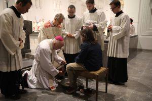 Die Fußwaschung ist fester Bestandteil der Liturgie am Gründonnerstag. Vergangenes Jahr wusch Weihbischof Ulrich Boom unter anderem auch zwei Jugendlichen die Füße.