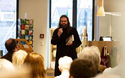 """Benediktinerpater Zacharias Heyes stellte in der Klosterbuchhandlung von Münsterschwarzach sein Buch """"Gott wieder finden – und warum es gar nicht nötig ist, ihn zu suchen"""" vor ."""