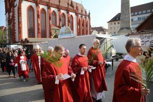 In einer feierlichen Prozession zog Bischof Dr. Franz Jung mit den Gläubigen von der Marienkapelle am Markt in den Würzburger Kiliansdom.
