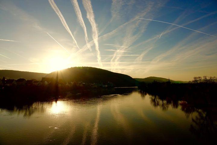 Erlenbach am Main an einem Frühlingstag bei Sonnenaufgang.