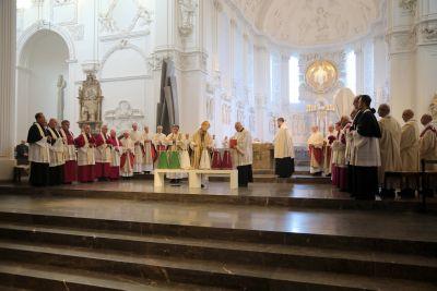 Bischof Dr. Franz Jung weihte am Montag, 15. April, bei der Missa Chrismatis im Würzburger Kiliansdom die Heiligen Öle für das Bistum.