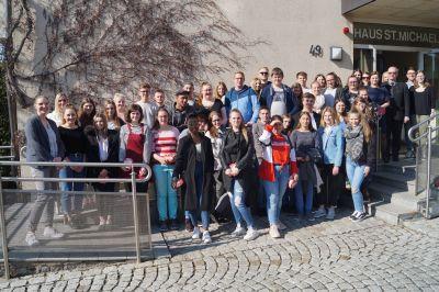 Die Teilnehmerinnen und Teilnehmer des Azubitags in Bad Königshofen mit Generalvikar Thomas Keßler (3. von rechts).