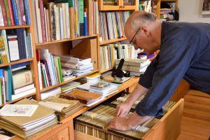 In seiner Schublade bewahrt Franz Josef Schramm eine ganze Ansammlung von Liedblättern auf.
