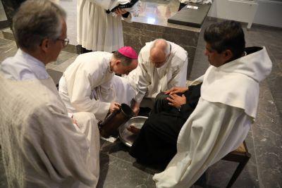 BIschof Dr. Franz Jung feierte die Messe vom Letzten Abendmahl im Kiliansdom und wusch sechs Frauen und sechs Männern die Füße.