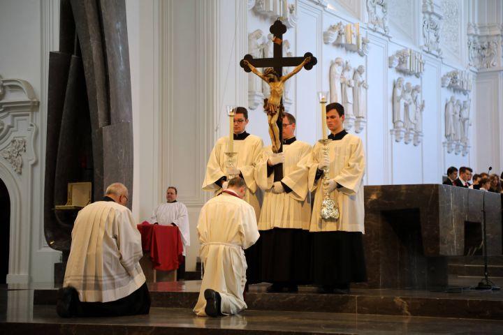 Bischof Dr. Franz Jung bei der Kreuzverehrung.