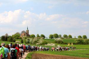 Wallfahrer nahe der Kerlachkapelle bei Stadtlauringen (Dekanat Schweinfurt-Nord).