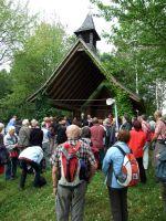 """Ab diesem Jahr führt der Fränkische Marienweg auch an der von Weihbischof em. Helmut Bauer gestifteten Kapelle """"Maria im Aufgang"""" nahe Schimborn (Dekanat Alzenau) vorbei."""