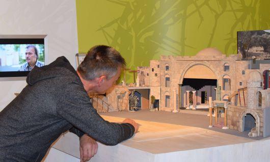 Vor den Sömmersdorfer Passionsspielen 2018 wurde ein Modell des Bühnenbilds mit der alten Stadt Jerusalem angefertigt, das nun in der Passionsgalerie ausgestellt ist.
