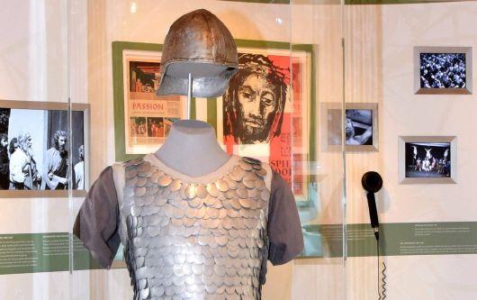 In einem Schaukasten wird als Requisite ein historisches Soldatenhemd gezeigt.