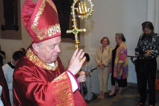 Bischof Dr. Paul-Werner Scheele verabschiedet sich am 13. Juli 2003 mit dem Segen von seinen Diözesanen.