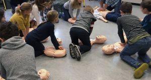 Schülerinnen und Schüler der Würzburger Grund- und Mittelschule Vinzentinum trainieren an Übungsphantomen die praktische Wiederbelebung.