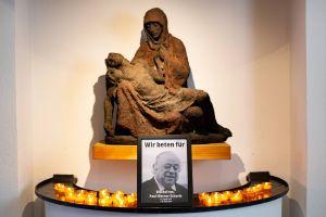 An der Pietà in der Klosterkirche haben die Mönche der Abtei Münsterschwarzach ein Foto zum Gedenken an Bischof em. Dr. Paul-Werner Scheele aufgestellt.