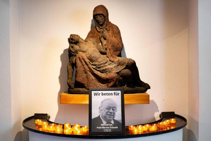 An der Pietà in der Klosterkirche haben die Mönche der Abtei Münsterschwarzach zum Gedenken an Bischof em. Dr. Paul-Werner Scheele aufgestellt.
