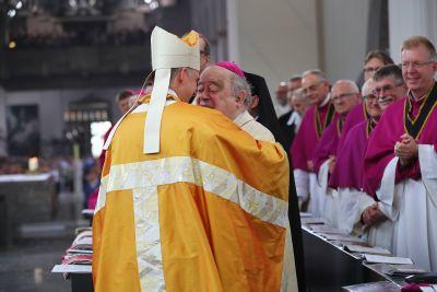 Die Verbundenheit mit seinem Vorvorgänger im Amt Bischof em. Dr. Paul-Werner Scheele (rechts) brachte Bischof Dr. Franz Jung bei seiner Amtseinführung am 6. Juni 2018 mit dem Friedensgruß zum Ausdruck.