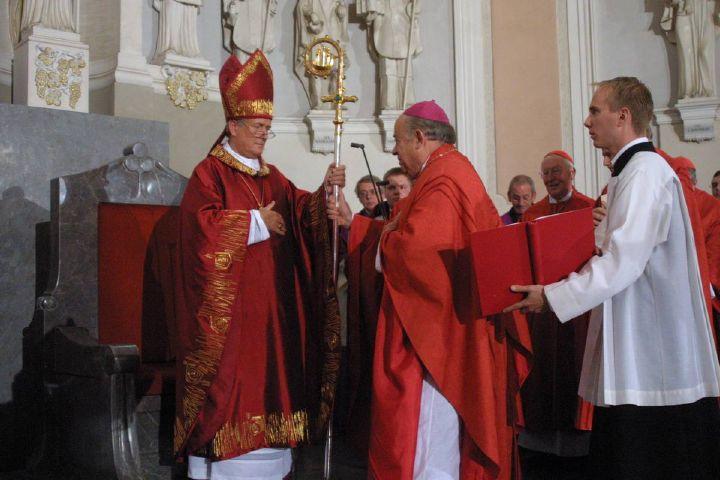 Bei der Amtseinführung am 19. September 2004 nimmt Bischof Dr. Friedhelm Hofmann den Kiliansstab aus der Hand von Bischof em. Dr. Paul-Werner Scheele entgegen.