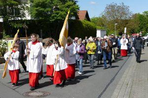 Nach einer Statio in der Pfarrkirche in Hösbach-Bahnhof machten sich die Teilnehmer an der Berufungswallfahrt auf den Weg nach Schmerlenbach.