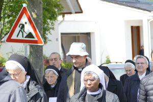 Nach einer Statio in der Pfarrkirche in Hösbach-Bahnhof machten sich die Teilnehmer an der Berufungswallfahrt, unter ihnen auch Bischof Dr. Franz Jung (Mitte) auf den Weg nach Schmerlenbach.