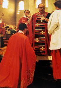 Am 23. November 1982, dem Fest der Klosterpatronin, der heiligen Felizitas, empfing Benediktinerpater Dr. Fidelis Ruppert (kniend) durch Bischof Dr. Paul-Werner Scheele die Abtsweihe.