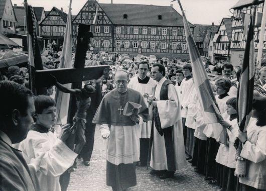 1980 war Bischof Scheele bei der Altarweihe der Pfarrkirche Sankt Peter und Paul in Großostheim (Dekanat Aschaffenburg-West) zu Gast.