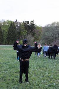 """Bei einer Gruppenleiterschulung unter dem Motto """"Der Weg zum Superheld"""" haben die Regionalstellen Bad Kissingen und Bad Neustadt der Kirchlichen Jugendarbeit (kja) 18 angehende Gruppenleiterinnen und Gruppenleiter ausgebildet. Das Bild zeigt einen Teilnehmer als """"Batman"""" verkleidet."""